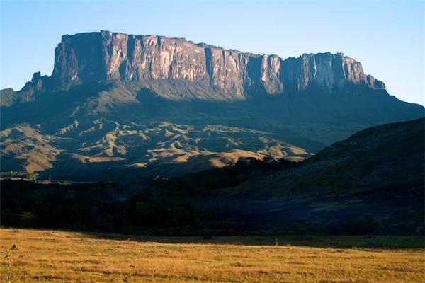 Núi Roraima có đỉnh bằng phẳng giống như một chiếc bàn rộng 31km vuông, trên những vách núi dựng thẳng đứng cao 400m.(Ảnh: Viral Nova)