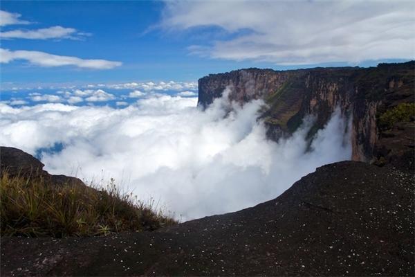 Làn mây trắng xóa như chảy ra từ vách núi, tạo nên khung cảnh hết sức thi vị.(Ảnh: Viral Nova)