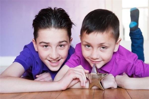 Jack (trái) sẵn sàng sát cánh cùng cậu em trai Louis (phải) chiến thắng bệnh tật.