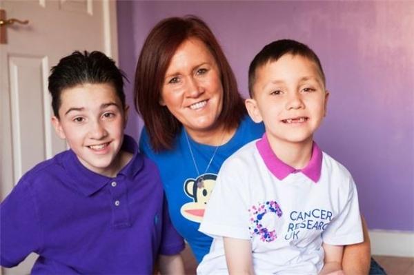 Jack cùng mẹ Caroline và em trai Louis.