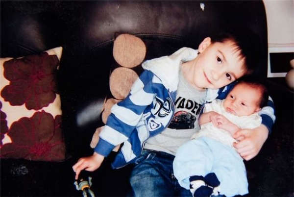 Bức ảnh cũ Jack đang bế cậu em trai Louis.
