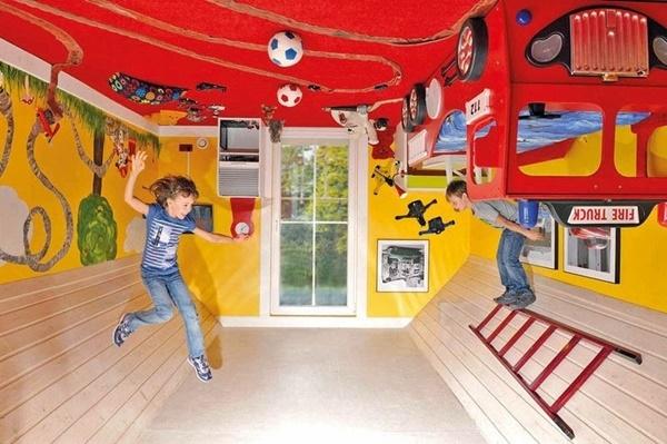 Toàn bộ nội thất trong nhà đều bị dán lên… nóc nhà.