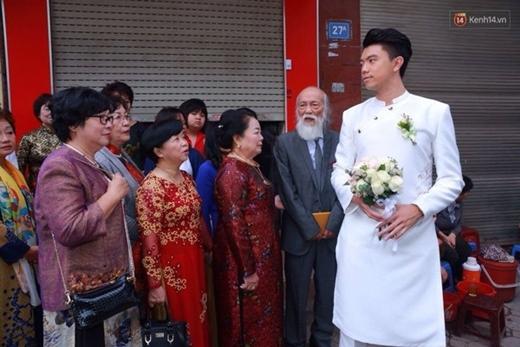 Giáo sư Văn Như Cương dẫn đầu đoàn nhà trai. - Tin sao Viet - Tin tuc sao Viet - Scandal sao Viet - Tin tuc cua Sao - Tin cua Sao