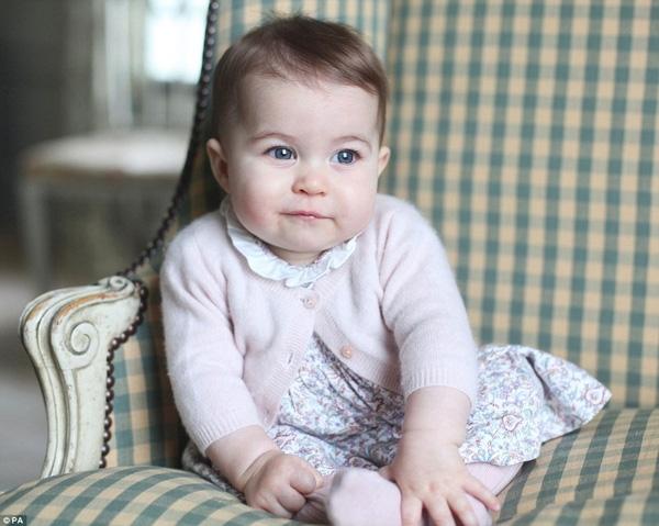 Tiểu Công chúa Anh sở hữu đôi mắt to tròn và cặp má phúng phính giống hệt Hoàng tử bé George.