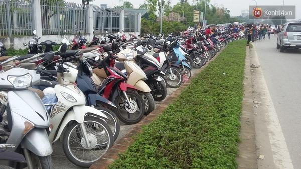 Làn đường trong cùng trên đường Nhật Chiêu đã bị chiếm dụng làm bãi đỗ xe cho khách và thu vé giá 10.000 đồng/lượt đối với xe máy, 30.000 đồng/lượt với ô tô.