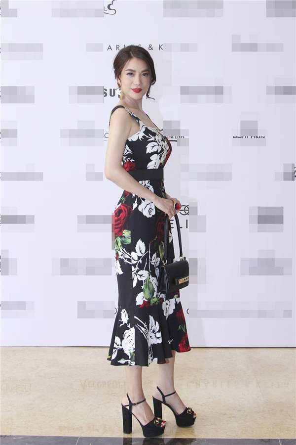 """""""Chủ xị""""Trương Ngọc Ánh diện bộ váy ôm sát khoe đường cong hoàn hảo trên cơ thể."""