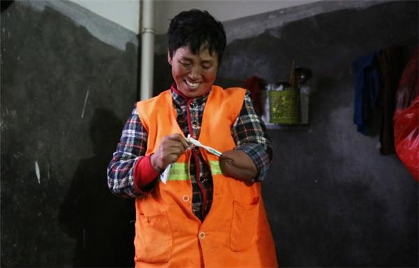 Khi được hỏi về những hi sinh của cô dành cho con, cô Fang nói rằng tất cả những gì cô có thể làm bây giờ chỉ là cố gắng làm việc để trang trải tiền học cho con gái lớn.(Ảnh: Shanghaiist)