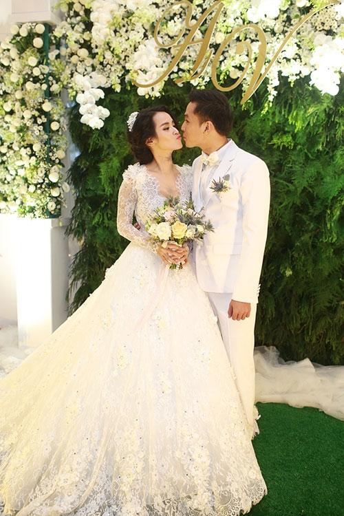"""Với lễ đường tông màu xanh – trắng làm chủ đạo, cô dâu chú rể xuất hiện như hoàng tử - công chúa và trao nhau những lời thề ước """"ngọt lịm"""" khiến quan khách dường như cũng """"tan chảy"""". - Tin sao Viet - Tin tuc sao Viet - Scandal sao Viet - Tin tuc cua Sao - Tin cua Sao"""