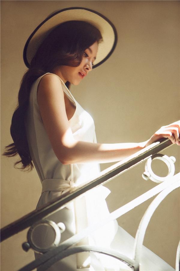 Lối trang điểm tinh tế lấy điểm nhấn là vẻ thanh lịch gợi cảm, Angela Phương Trinh khiến người xem cảm tưởng như đang ngắm nhìn một cô gái trẻ ở những thập niên đầu của thế kỉ trước. - Tin sao Viet - Tin tuc sao Viet - Scandal sao Viet - Tin tuc cua Sao - Tin cua Sao