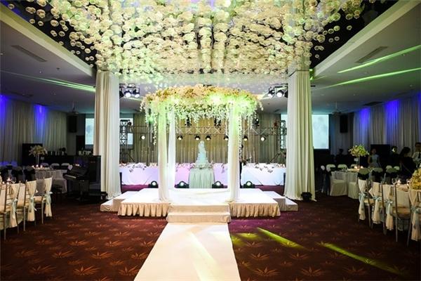 Đám cưới được cử hành vào ngày 8/11 của cặp đôi được trang trí theo ý tưởng ngôn tình vô cùng lãng mạn. - Tin sao Viet - Tin tuc sao Viet - Scandal sao Viet - Tin tuc cua Sao - Tin cua Sao