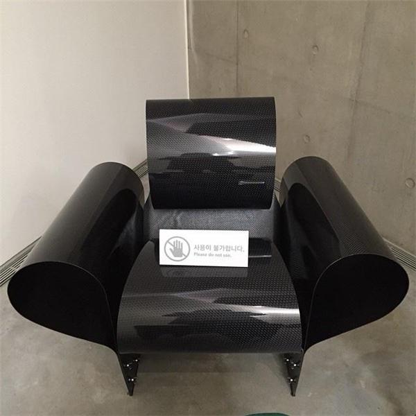 Cụ thể, T.O.P có cả một bộ sưu tập ghế với số lượnglên đến hàng trăm chiếc. Tại buổi triển lãm Samsung Museum Of Art, T.O.P có dịp khoe chiếc ghế Bad Tempered thuộc dạng hàng hiếm, trên thế giới chỉ có 1.000 chiếc và trị giáđến 3 nghìn đô la Mỹ(gần 70 triệu đồng).