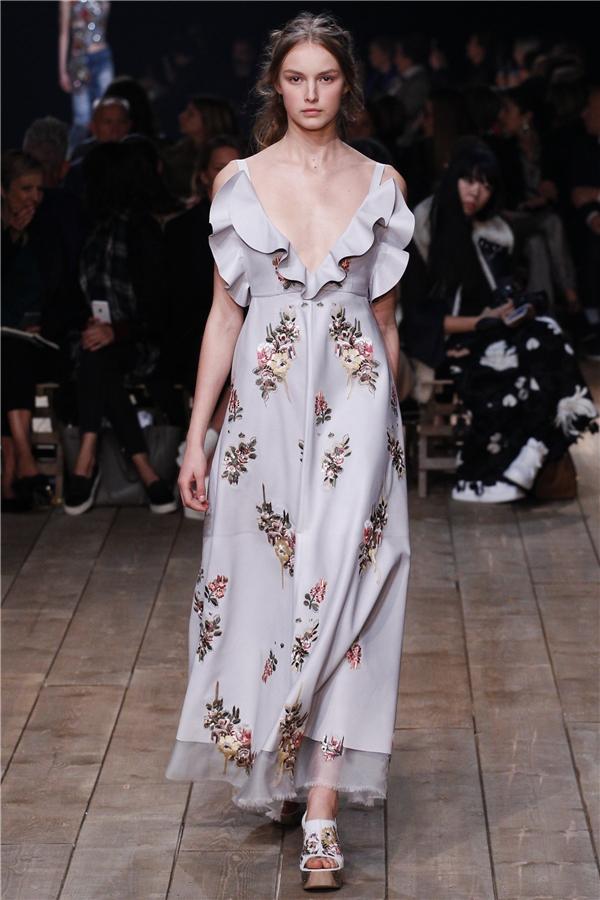 Những đóa hoa dại nhỏ xinh của miền đất Địa Trung Hải đã được tái hiện hoàn hảo trên cácthiết kế điệu đà, nữ tính theo phong cách cổ điển của Alexander McQueen.