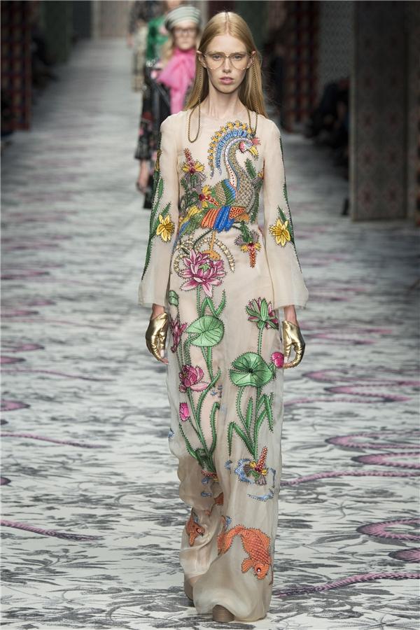 Họa tiết hoa sen và những hình ảnh mang đậm nét văn hóa Á đông cũng được Gucci mang vào bộ sưu tập Xuân - Hè 2016. Văn hóa Á đông cũng chính là một trong những chủ đề được khai thác mạnh mẽ trong thời gian qua từ Á sang Âu.
