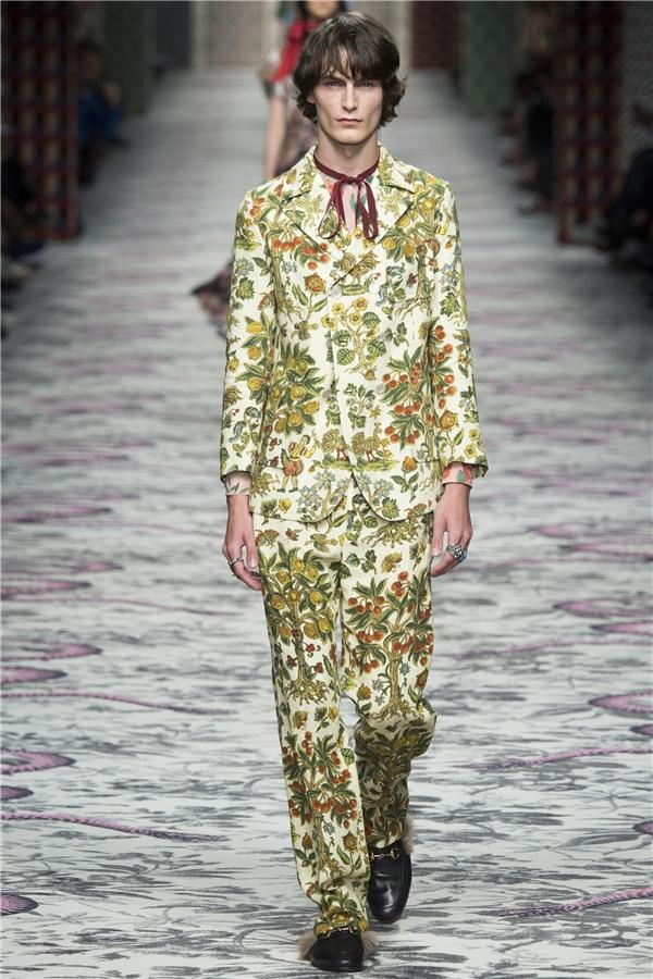 Một thiết kế vest cổ điển khá ấn tượng với họa tiết được bố trí chi chít vui mắt.