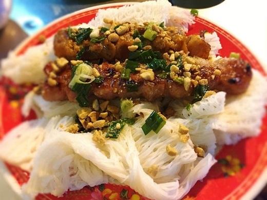 """Hứa hẹn """"gây bão"""" trong giới ăn vặt Sài Gòn, bò đun bánh hỏi gây ấn tượng bởi sự lạ miệng và sáng tạo. Thịt bò được cuộn với ít mỡ heo và hành tây, nướng vừa tới nên giữ được độ mềm, không bị khô mà lại có độ giòn sần sật của hành tây ở bên trong. Ăn kèm với bánh hỏi mỡ hành đậu phộng và chấm nước mắm chua ngọt, bò đun bánh hỏi mang lại cho người ăn cảm giác ngon miệng một cách tròn đầy.(Ảnh: Internet)"""