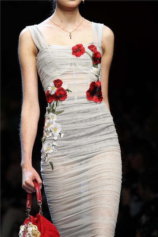 Tuy nhiên, bộ sưu tập phải kể đến khi tạo được hiệu ứng sâu rộng và lan tỏa mạnh mẽ cho họa tiết hoa lá đó chính là nhà mốt Dolce and Gabbana. Trong mùa Xuân - Hè 2016, D&G lăng xê họa tiết hoa cẩm chướng với sắc đỏ làm chủ đạo.
