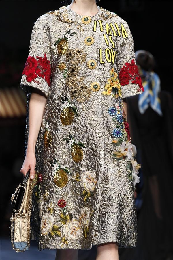 Bên cạnh đó, hàng loạt loại hoa khác cũng được tái hiện trên cả trang phục và phụ kiện của nhà mốt trứ danh nước Ý như: phù dung, tulip, cúc đại đóa, hướng dương… Mỗi thiết kế đều mang đến một màu sắc riêng biệt.