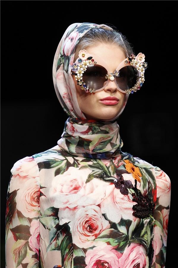 Họa tiết hoa hồng - vẻ đẹp kinh điển trên trang phục của nữ giới.