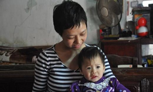Sinh con ra nhưng chị Yến không thể nhìn mặt đứa bé được vìmắt đã chẳng nhìn thấy được. Ảnh: Internet