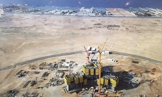 Khởi công từ tháng 1/2015, cách đây ít tháng, công trình bỗng dưng tạm ngưng thi côngkhi đang xâyđến tầng thứ 26. Nhưng trong tuần này, nó sẽ được xây trở lại. (Ảnh: Telegraph)
