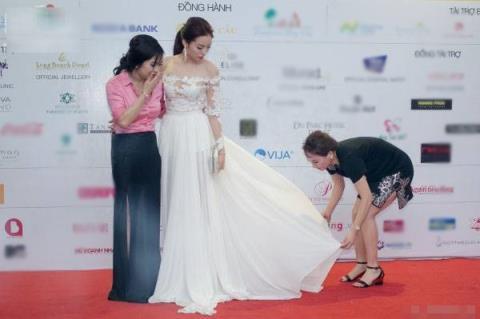 Đúng hay sai khi hoa hậu Kỳ Duyên để mẹ cúi xuống chỉnh váy? - Tin sao Viet - Tin tuc sao Viet - Scandal sao Viet - Tin tuc cua Sao - Tin cua Sao
