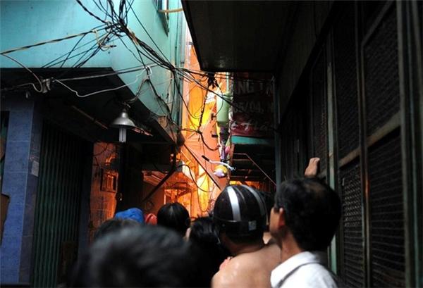 Cháy lớn ở Sài Gòn, hàng trăm người tháo chạy