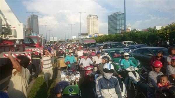 Đường Võ Văn Kiệt bị kẹt nghiêm trọng. Nhiều người đứng lại theo dõi vụ việc. Ảnh: H.A