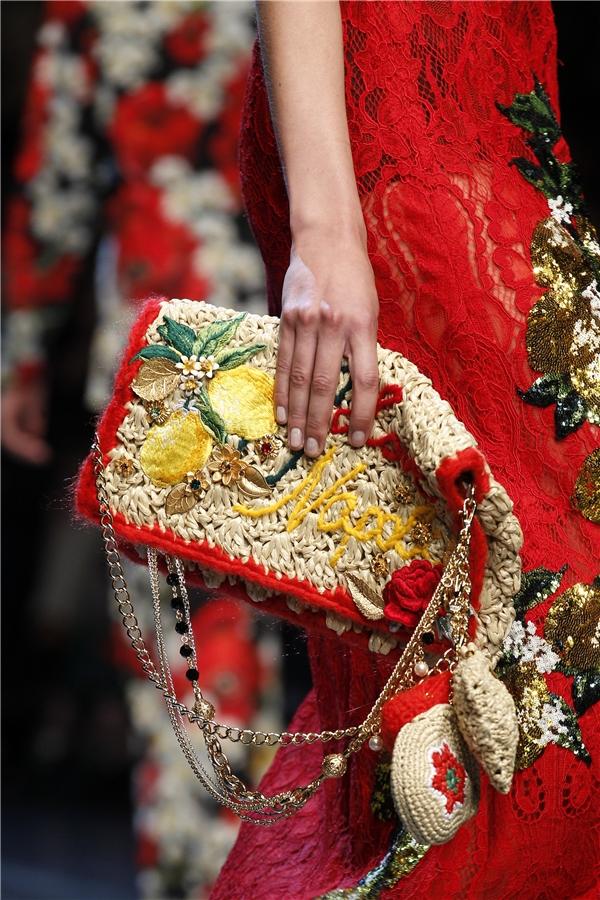 Họa tiết hoa thêu tay, đan len, đính kết kì công mang đậm âm hưởng thời trang Xuân - Hè.