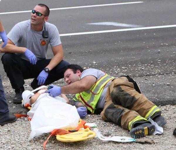 Người lính cứu hỏa nằm xuống cùng cậu bé 4 tuổi và bật bộ phim hoạt hình vui nhộn cho cậu bé xem để quên đi sự sợ hãi.