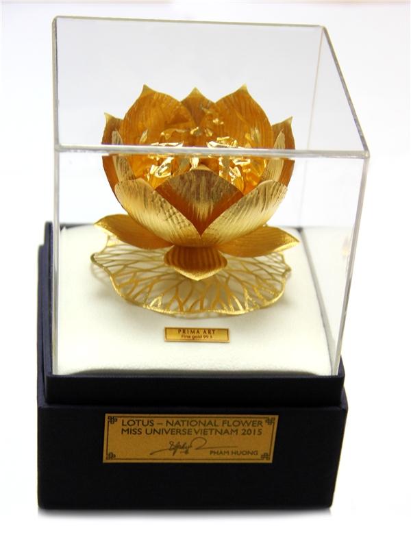 Theo thông lệ, thí sinh đến từ các nước sẽ gửi tặng ban tổ chức Hoa hậu Hoàn vũ Thế giới một món quà kỉ niệm. Và món quà mà Phạm Hương sẽ mang theo đến Las Vegaschính là đóa hoa sen bằng vàng vô cùng ấn tượng, sắc sảo. - Tin sao Viet - Tin tuc sao Viet - Scandal sao Viet - Tin tuc cua Sao - Tin cua Sao