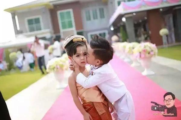 Hai anh thân thiết cạnh nhau trước lễ cưới. (Ảnh: Internet)