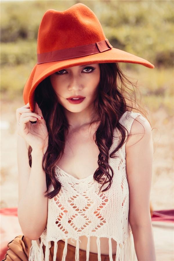 Với lối trang điểm nhẹ nhàng lấy điểm nhấn ở đôi môi đầy đặn với tông màu trầm, Sĩ Thanh trông như một quý cô với nét gợi cảm kiêu kì khó cưỡng. - Tin sao Viet - Tin tuc sao Viet - Scandal sao Viet - Tin tuc cua Sao - Tin cua Sao