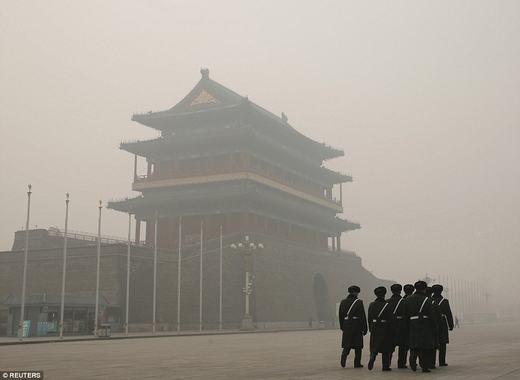 Binh lính tuần tra trong môi trường ô nhiễm. Hiện chính phủ nước này cũng đã đưa ra nhiều quy định, chính sách, cũng như thực hiện nhiều dự ánnhằm giảm thiểu lượngbụi trong không khí.(Ảnh: Reuters)