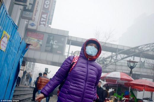 Bụi ở khắp mọi nơi trong thành phố. Để giảm thiểu, các nhà máy xung quanh Bắc Kinh đang được kiểm tra mức độ khí thải ra không khí. Nếu vượt ngưỡng an toàn, những nhà máy này sẽ bị phạt nặng.(Ảnh: AFP)