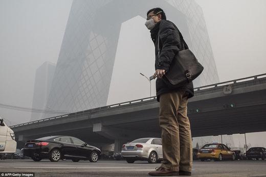 Mức độ ô nhiễm bụi tại Bắc Kinh đã ở mức báo động thực sự. Theo Reuters, hiện nơi đây các bệnh liên quan đến phổi đã tăng đột biến, trong đó có cả ung thư. (Ảnh: AFP)