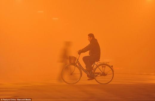 Bụi nhiều đến mức những người đi đường dù gầnngay bên cạnh cũngchỉ thấy nhau rấtmờ ảo. Bắc Kinh đã từng sử dụng mưa nhân tạo để giảm thiểu bụi,tuy nhiên, hiệu quả mang lại là chưa cao.(Ảnh: Feature China)