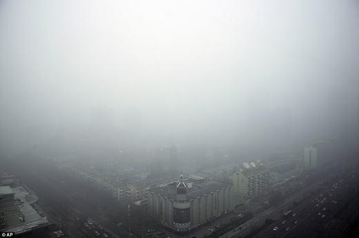 Nhìn từ trên cao, người ta cứ ngỡ như sương mù. Người dân đã chịu cảnh này nhiều năm nay. Theo ước tính, Trung Quốc đã thải ra tới hơn 10 tỉ tấn carbon dioxide trong năm 2013, gấp đôi so với toàn châu Âu gộp lại.(Ảnh: AP)