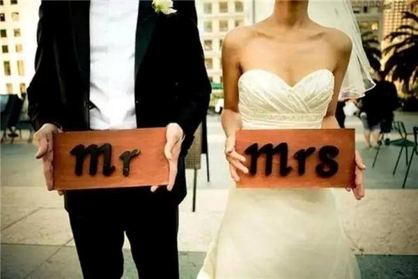 Mặc dù đa số các cặp vợ chồng khá lúng túng trước yêu cầu của nhà hàng nhưng họ đều đồng ý ký.