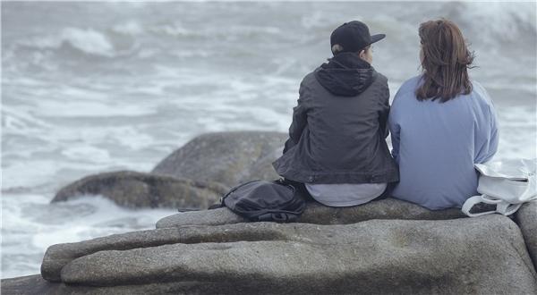 Trước đó, trong một phân cảnh ở biển, nhân vật củaChi Pu và Gil Lê cũng có những cảnh tình cảmtương tự khiến khán giả vô cùng tò mò, thích thú. - Tin sao Viet - Tin tuc sao Viet - Scandal sao Viet - Tin tuc cua Sao - Tin cua Sao