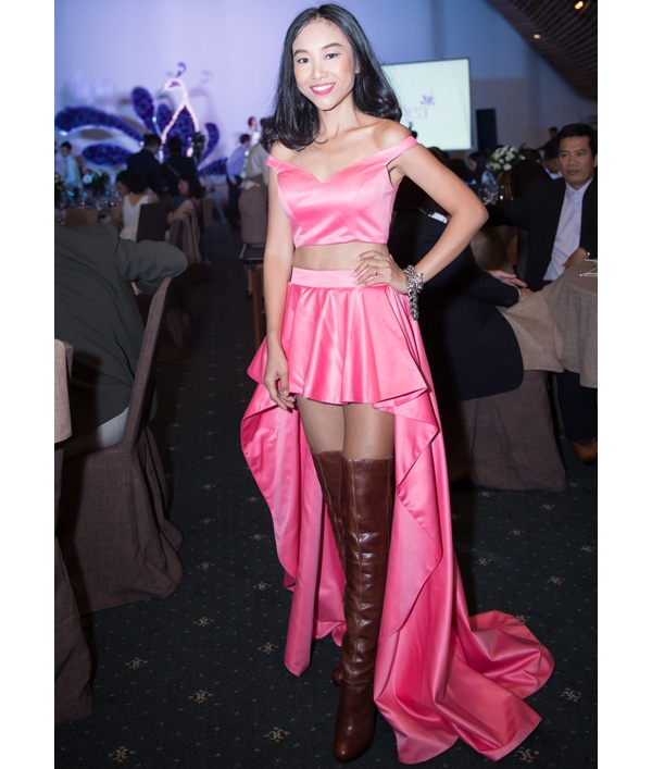 Đoan Trang vẫn trung thành với gu thời trang lỗi mốt đến kì lạ. Bên cạnh sắc hồng nhợt nhạt cùng chất liệu vải bóng khiến người mặc kém sang, tổng thể của Đoan Trang còn tạo nên sự tương phản mạnh mẽ khi kết hợp váy điệu đà cùng giày boots da cổ cao cá tính, bụi bặm. Đây là lần thứ hai nữ ca sĩ diện lại bộ trang phục này.