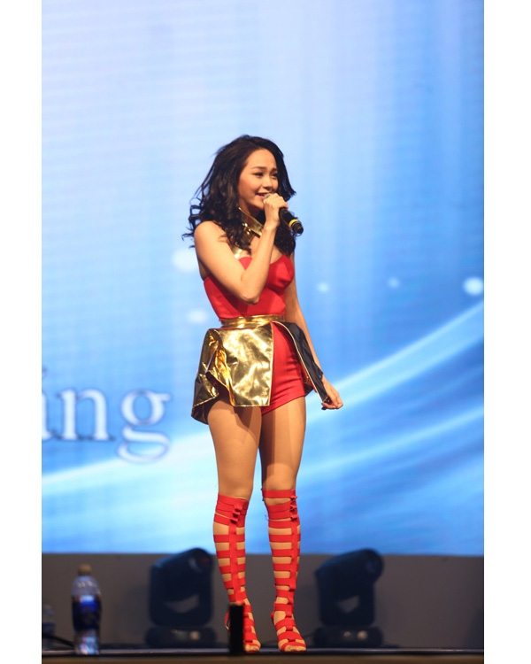 Minh Hằng ưa chuộng những thiết kế jumpsuit gợi cảm khi trình diễn trên sân khấu. Tuy nhiên, bộ trang phục này của cô không được đánh giá cao khi hai chất liệu không hòa hợp.