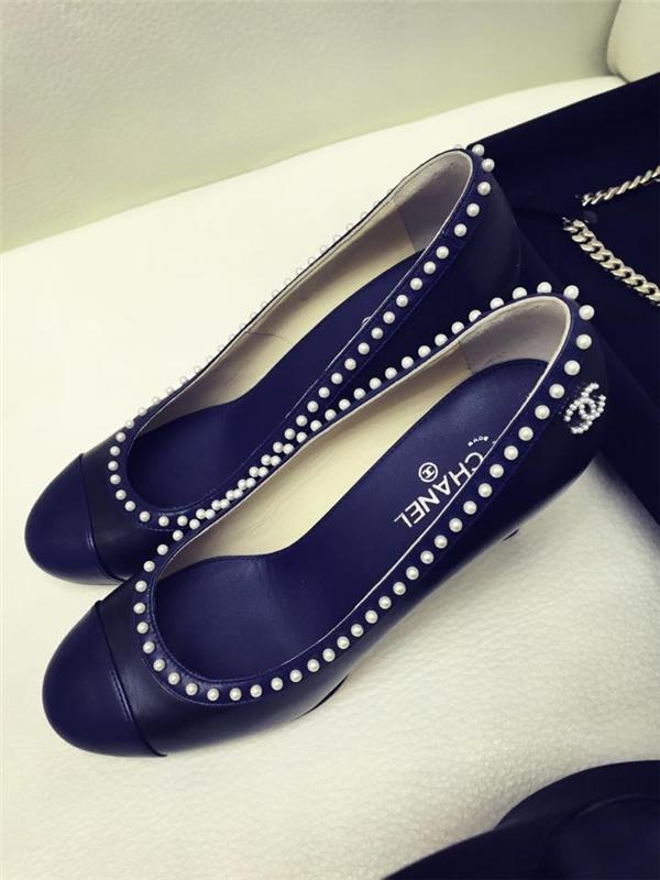 Thiết kế mũi tròn búp bê xinh xắn của Chanel có giá khá đắt. Đôi giày này lại gây ấn tượng bởi những viên ngọc được đính dọc miệng giày.