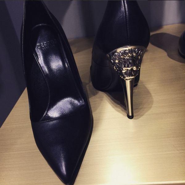Thiết kế có điểm nhấn ở phần đế bởi họa tiết đầu sư tử đặc trưng của Versace. Tuy nhiên, đôi giày cao gót này lại thuộc dòng sản phẩm nhỏ hơn mang tên Versus có giá11 triệu đồng.