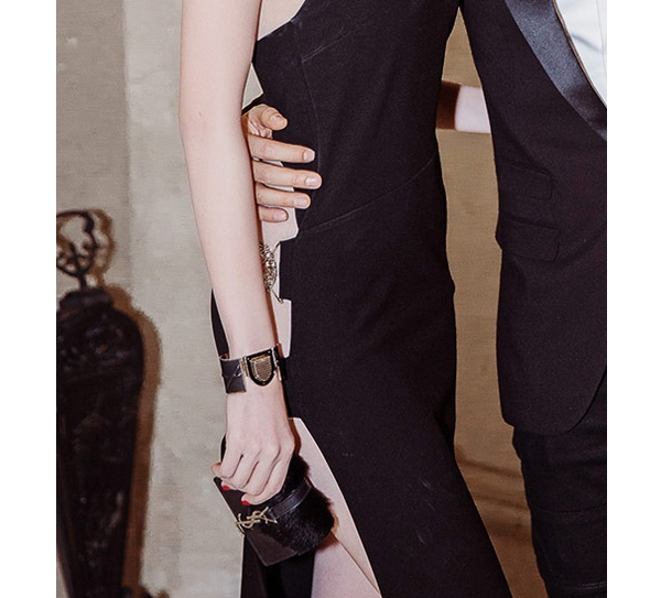 Trong chuyến đi Hàn Quốc vừa qua, ngoài bộ váy xẻ táo bạo có giá hơn 20 triệu đồng, vòng tay cùng ví nhỏ xinh xắn của Chanel, YSL đã ngốn gần 80 triệu đồng của Ngọc Trinh.