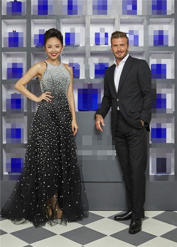 Gần đây nhất, Tóc Tiên có dịp tái ngộDavid Beckham trong một sự kiện ở Miami. Cô diện bộ váy đen cổ yếm điệu đà được tạo điểm nhấn bởi những chi tiết đính kết kì công. Thiết kế làm nhiều người liên tưởng đến bầu trời đêm với hàng nghìn ngôi sao lấp lánh.
