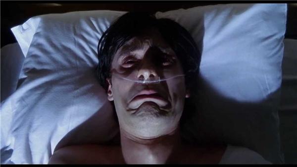 Ánh mắt hoang mang, gương mặt thất thần của Harry ở cảnh cuối phim đã ám ảnh biết bao khán giả.