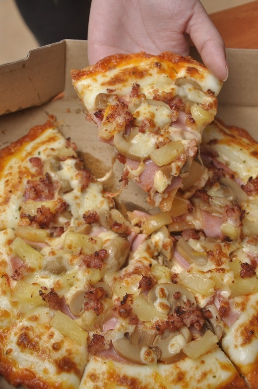 Hấp dẫn với bánh pizza viền phô mai mới của Domino