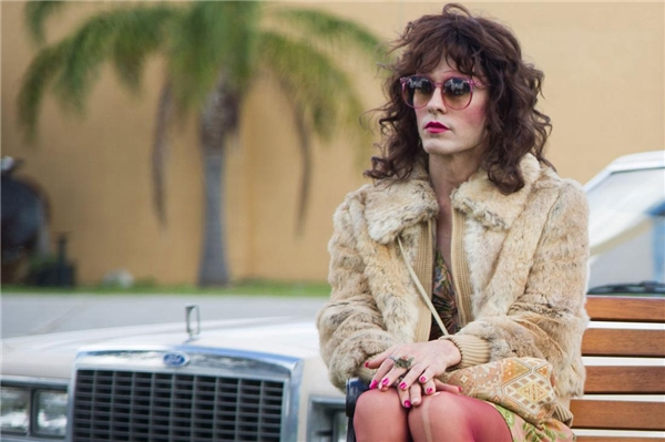 Jared nhận vai Rayon với yêu cầu: giảm 18kg, tẩy hết lông trên cơ thể, cạo sạch chân mày, trang điểm lòe loẹt, mang giày cao gót và diện những phục trang cho nữ giới.
