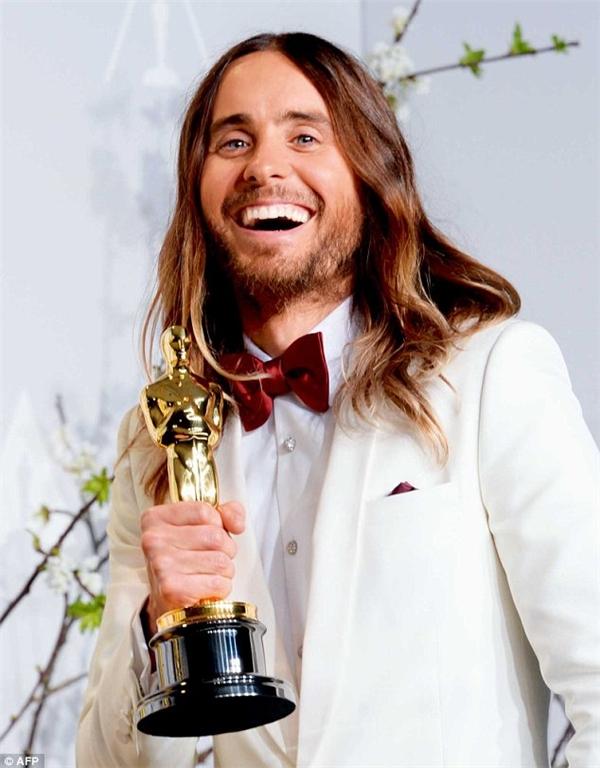 Jared với tượng vàng danh giá cho giải thưởng Nam diễn viên phụ xuất sắc nhất của Oscar lần thứ 86.
