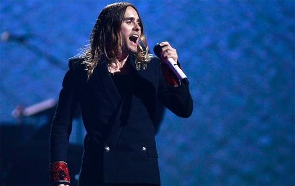 Khi Jared hát, khán giả sẽ chẳng thể nào thấy được một Jared Leto điềm đạm, chín chắn như trên phim ảnh mà thay vào đó là một chàng ca sĩ gai góc, cuồng nhiệt và đầy máu lửa với từng giai điệu.